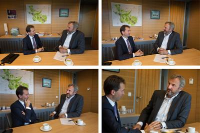 Ynte van der Meer interviewt gedeputeerde Eddy van Hijum in het provinciehuis in Zwolle Foto Freddy Schinkel, IJsselmuiden © 080915